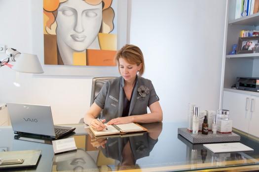 Doctora Natalia Ribé en su despacho de la clínica
