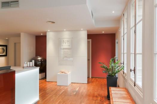 Entrada del exclusivo Institut Dra.Natalia Ribé de Paseo de Gracia en Barcelona